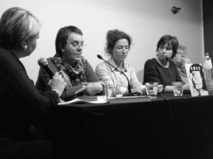 C. Van Geel spreekt met Marijke Seresia, mezelf, Catherine De Bolle en Mieke Van Hecke, (vlnr). foto: Karl Drabbe (Pelckmans)