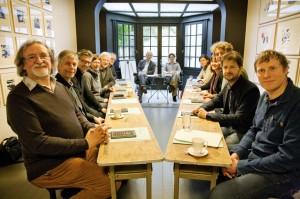 Eerste vergadering van het Forum… Van links naar rechts: Eddy Strauven (Het zoekend hert), Erno Eskens (ISVW), Laurens Knoop (Brandstof), Agnès Van Emelen (notuliste), Frank Stappaerts (onderwijsinspecteur), Patrick Loobuyck (hoogleraar), Hans Achterhuis (hoogleraar), Tinneke Beeckman (filosoof), Anne Provoost (auteur), Inge Duytschaever (filosofisch consulent), Florentijn van Rootselaar (Filosofie Magazine), Stefaan Werbrouck (uitgeverij Houtekiet), Tijn Boon (uitgeverij Lemniscaat).
