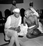 J. Nehru en M. Gandhi, in traditionele kledij.