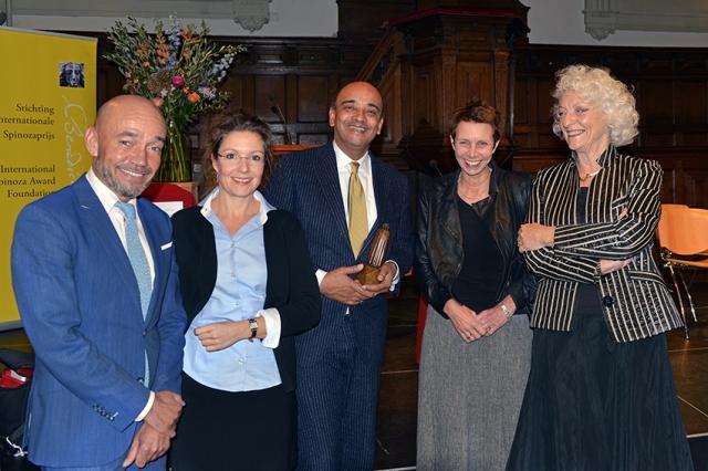 K. T. Appiah met de jury: Stephan Sanders, T. B., Beate Roessler en Nelleke Noordervliet